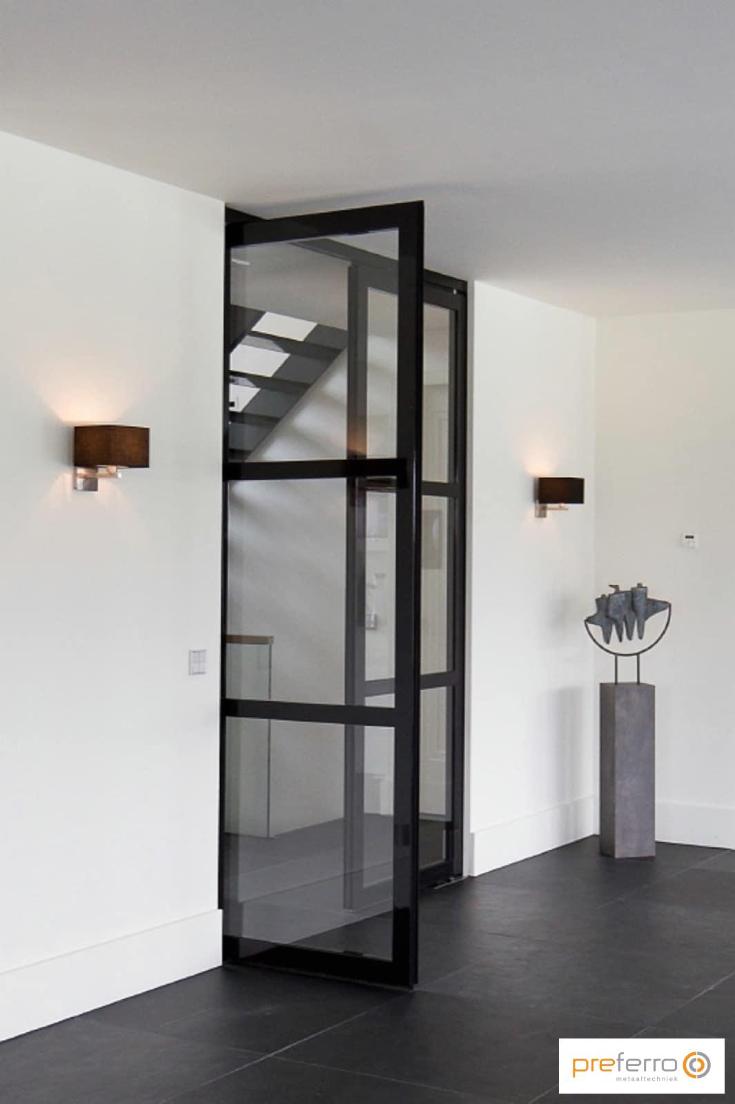 Stalen deuren op maat in woonkamer