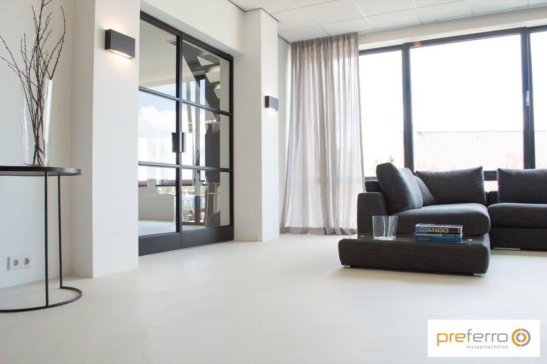 Stalen pui in moderne woonkamer