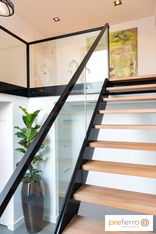 Bordes trap met stalen leuning en houten treden