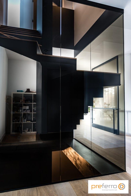 Trap in glazen trappenhuis