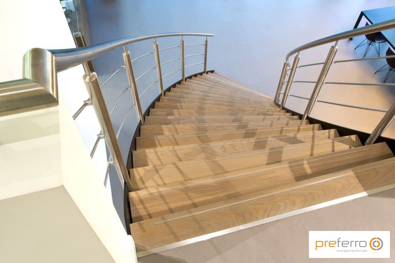 Engelse trap met houten treden en rvs leuning