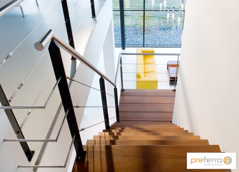 Zwevende trap met houten treden en rvs leuning