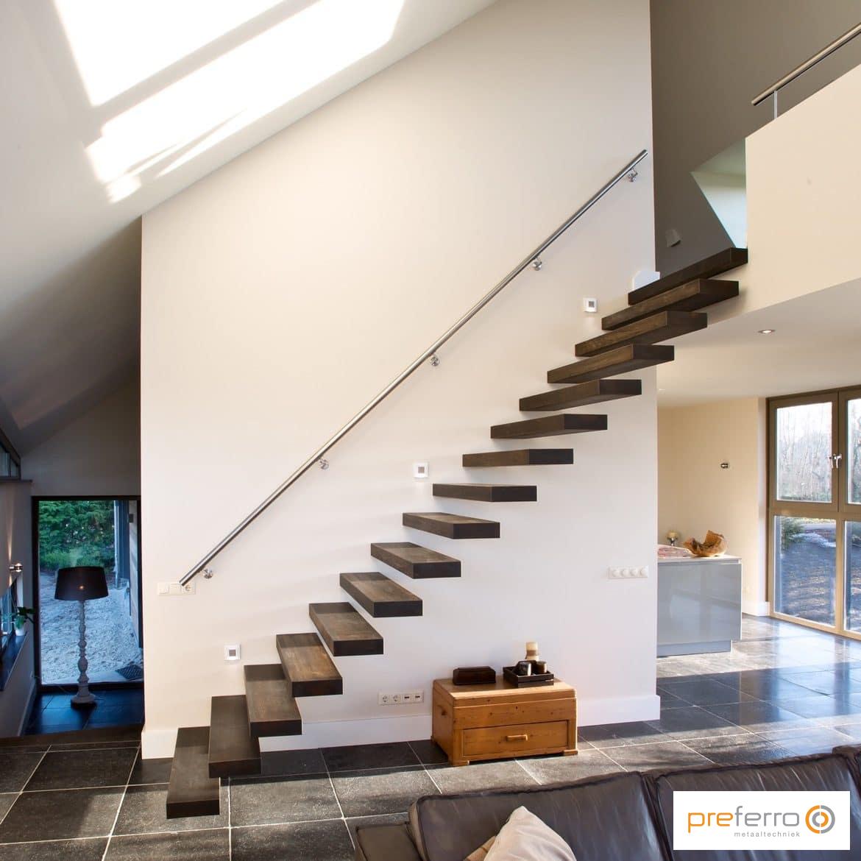 Zwevende trap met stalen leuning